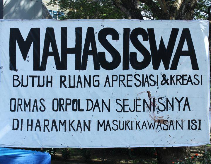 Poster aksi damai ISI menolak keberadaan ormas dan parpol di lingkungan kampus (17/6). (Foto: Adji Satria)