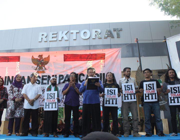Rektor ISI Yogyakarta, Agus Burhan, membacakan teks Pancasila, Jumat (17/6). (Foto: Adji Satria)