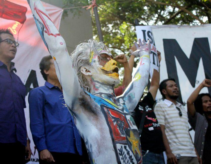Ekspresi teatrikal salah satu mahasiswa ISI Yogyakarta dalam aksi damai, Jumat (17/6). (Foto: Adji Satria)