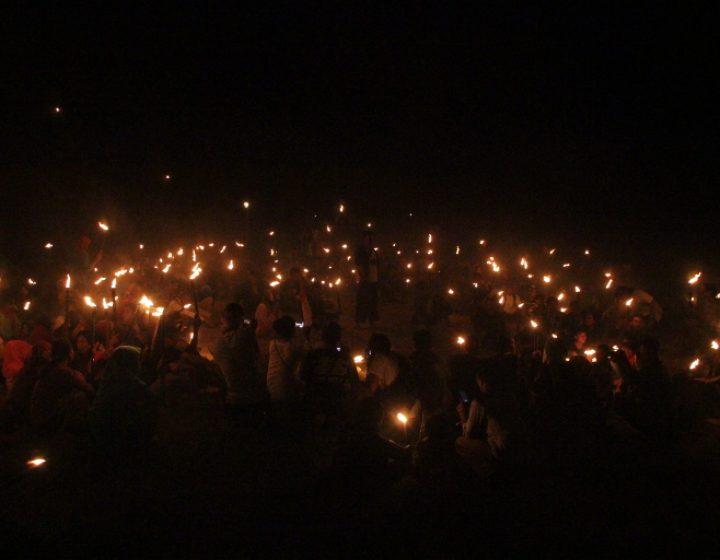 Suasana ritual lamporan dalam rangka Kupatan Kendeng, Minggu (10/7), di Desa Tegaldowo, Kecamatan Gunem, Rembang, Jawa Tengah. (Serunai/Idha Saraswati)