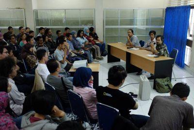 "Suasana diskusi Preleminary Notes bertajuk ""Korelasi Musik dan Agama"", 8 Juli 2015 (Foto dokumentasi Laras)"