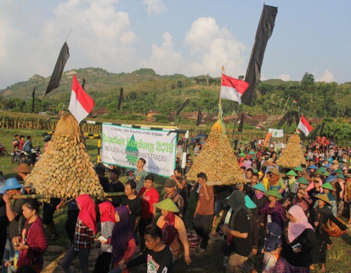 Arak-arakan gunungan ketupat dalam rangka Kupatan Kendeng, Minggu (10/7), di Desa Tegaldowo Kecamatan Gunem, Rembang, Jawa Tengah. (Serunai/Idha Saraswati)