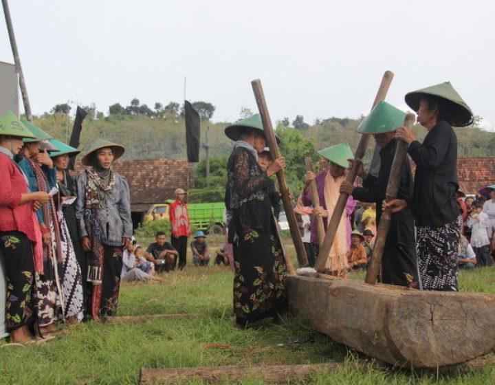 Perempuan Kendeng di Desa Tegaldowo Kecamatan Gunem, Rembang, Jawa Tengah menabuh lesung dalam acara Kupatan Kendeng, Minggu (10/7). (Serunai/Idha Saraswati)