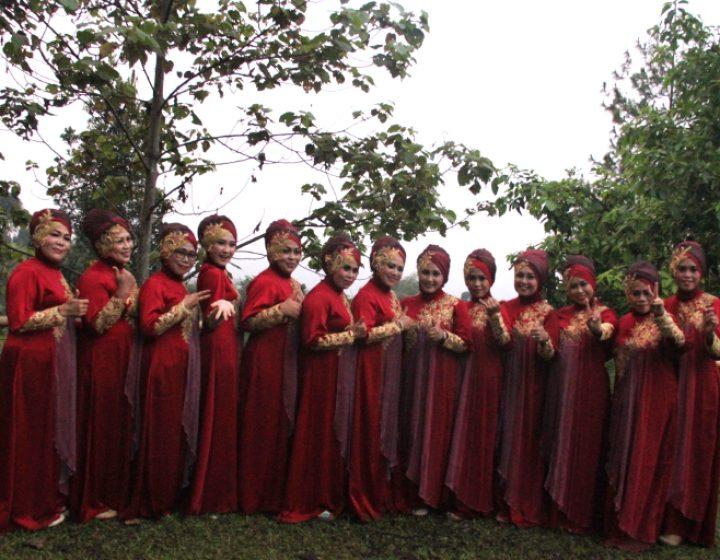 Personel Nasida Ria berpose seusai tampil di RRREC Fest In The Valley 2016, Sabtu (10/9) di Sukabumi, Jawa Barat. (Serunai/Idha Saraswati)