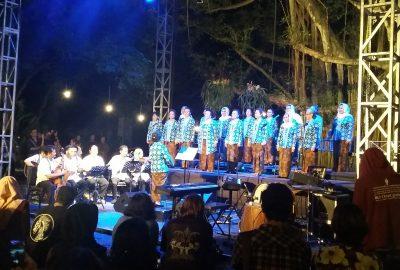 """Penampilan Paduan Suara Dialita dalam konser peluncuran album pertama mereka """"Dunia Milik Kita"""" di Beringin Soekarno, Universitas Sanata Dharma, Yogyakarta, Sabtu (1/10)."""