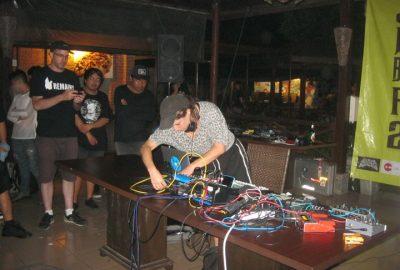 DJ NuRe Onna asal Swiss sedang menampilkan pertunjukan eksplorasi bunyi ke penonton JNB Fest 2017 (15/01). (Serunai / Aloysius Bram)