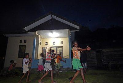Anak-anak berlatih tarian Ayase dengan memanfaatkan listrik dari Pembangkit Listrik Tenaga Surya di Kocuas Utara, Distrik Aifat Barat, Kabupaten Maybrat, Provinsi Papua Barat (08/10). (dok.Hermitianta)