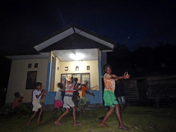 Anak-anak berlatih tarian Ayase dengan memanfaatkan listrik dari Pembangkit Listrik Tenaga Surya di Kocuas Utara, Distrik Aifat Barat, Kabupaten Maybrat, Provinsi Papua Barat (08/10). Keberadaan listrik di kampung telah meningkatkan produktivitas dan aktivitas sosial kemasyarakatan warga. (dok.Hermitianta)