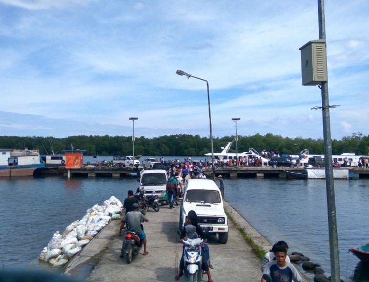 Keramaian lalu lintas jalan Pelabuhan Maileppet, Muara Siberut; tempat pemberhentian utama transportasi laut. (Serunai; Zakharia Taufan)