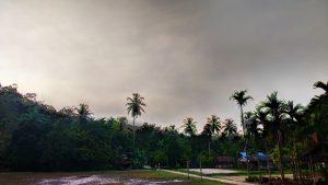 Suasana lingkungan dusun Tiop Besar, terdapat lapangan sepak bola dan lapangan voli. (Serunai; Zakharia Taufan)