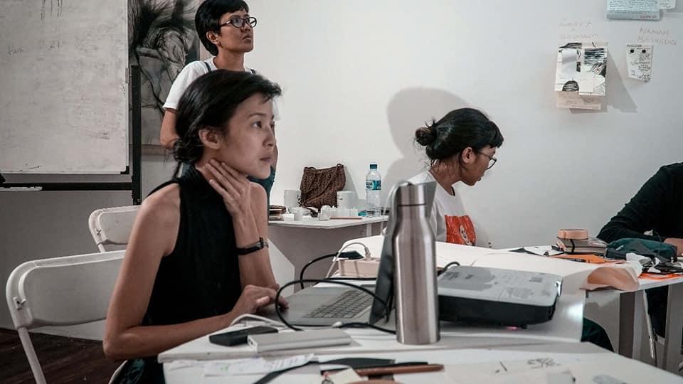 Gambar 4: Cecil Mariani di Institut Paralaksis Sumber: http://www.studiohanafi.com/workshop-paralaksis-institut-sesi-i-ditutup-dengan-diskusi-karya-cecil-mariani/